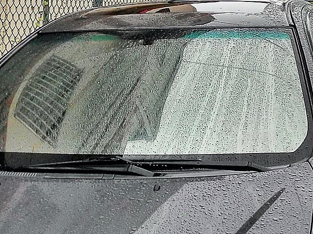 做玻璃潑水劑的前擋風玻璃