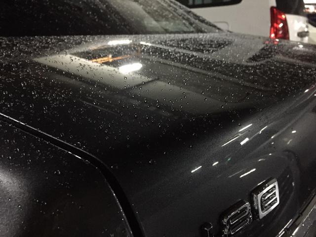 下雨天鍍膜車輛的水珠