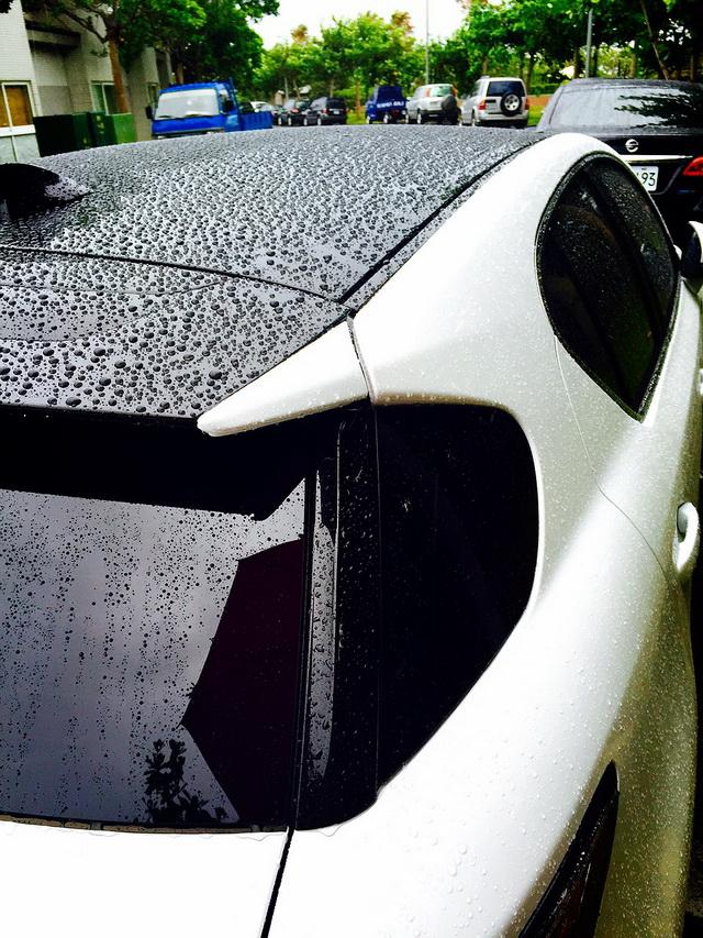 LEXUS LFA白-雨天在墾丁車頂的雨珠